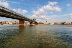 Panoramaansicht über Brücke über dem Fluss Lizenzfreies Stockfoto
