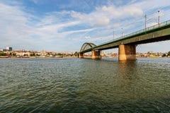 Panoramaansicht über Brücke über dem Fluss Stockfoto