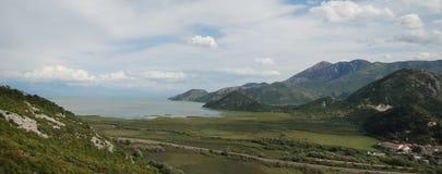 Panoramaansicht über den See in den Bergen lizenzfreie stockfotografie