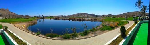 Panoramaansicht über schönes Golfloch stockbild