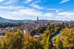 Panoramaansicht alter Stadt Berns von der Gebirgsspitze Stockfoto