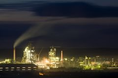 Panoramaansicht der Zementfabrik und des Energie sation nachts in Ivano-Frankivsk, Ukraine Stockbilder