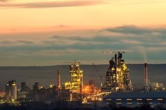 Panoramaansicht der Zementfabrik und des Energie sation nachts in Ivano-Frankivsk, Ukraine lizenzfreies stockfoto