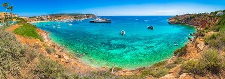 Panoramaansicht des Hafen-Adriano-Jachthafenhafens und des Strandes Platja es Toro an der Küste von Mallorca-Insel lizenzfreie stockbilder