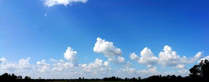 Panoramaansicht des klaren blauen Himmels mit weichen weißen Wolken Stockbilder