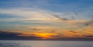 Panoramaansicht des Sonnenaufganghimmels über Meer Lizenzfreie Stockbilder