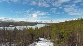 Panoramaansicht des Waldes und des gefrorenen Sees in Nationalpark Sohlbergplassen Norwegens Rondane stock footage