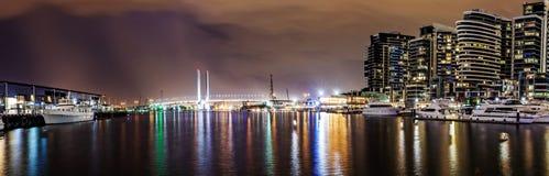 Panoramaansicht einer schönen Ansicht von Docklands und von Bolte-Brücke nachts Stockfoto