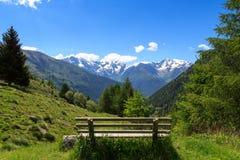 Panoramaansicht mit Bank und alpinen Bergen von Adamello-Alpen Lizenzfreies Stockbild