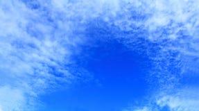 Panoramaansicht mit Muster bewölkt schönes Lizenzfreies Stockbild