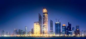 Panoramaansicht von Abu Dhabi Skyline bei Sonnenuntergang, UAE Stockbilder