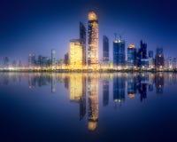 Panoramaansicht von Abu Dhabi Skyline bei Sonnenuntergang, UAE Stockfoto