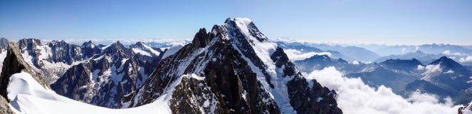 Panoramaansicht von einer Berglandschaft in den französischen Alpen mit dem Gipfel großartiges Jorasses in der Mitte stockfotografie