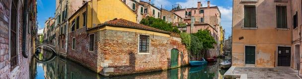 Panoramaansicht von Häusern nahe bei Kanal in Venedig Stockfotos