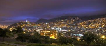 Panoramaansicht von im Stadtzentrum gelegenem Quito nachts stockfoto