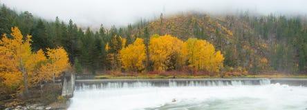 Panoramaansicht von Leavenworth im Herbst mit Tumwater-Fluss Lizenzfreies Stockfoto