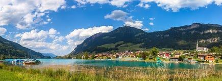 Panoramaansicht von Lungern See und von Stadt Stockbilder