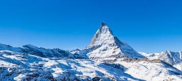 Panoramaansicht von Matterhorn an einem klaren sonnigen Tag Lizenzfreies Stockbild