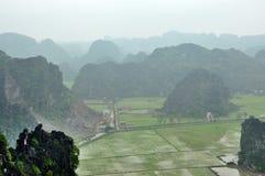 Panoramaansicht von Reisfeldern und -kalkstein schaukelt von Hang Mua Lizenzfreies Stockfoto