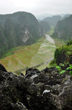 Panoramaansicht von Reisfeldern und -kalkstein schaukelt von Hang Mua Lizenzfreie Stockfotos