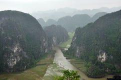 Panoramaansicht von Reisfeldern und -kalkstein schaukelt von Hang Mua Stockbild