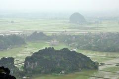 Panoramaansicht von Reisfeldern und von Kalksteinfelsen und von Fall M Stockfotografie