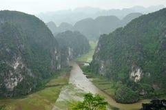 Panoramaansicht von Reisfeldern und von Kalksteinfelsen und von Fall M Lizenzfreie Stockfotografie