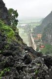 Panoramaansicht von Reisfeldern und von Kalksteinfelsen und von Fall M Lizenzfreie Stockfotos