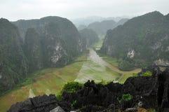 Panoramaansicht von Reisfeldern und von Kalksteinfelsen und von Fall M Stockbild