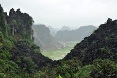 Panoramaansicht von Reisfeldern und von Kalksteinfelsen und von Fall M Lizenzfreie Stockbilder