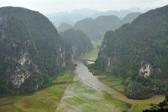 Panoramaansicht von Reisfeldern und von Kalksteinfelsen und von Fall M Stockfotos