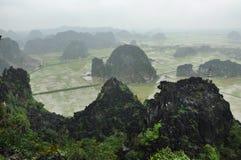 Panoramaansicht von Reisfeldern, von Felsen und von Bergspitzenpagode von Lizenzfreie Stockfotos