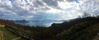 Panoramaansicht von See und von Berg Stockbilder