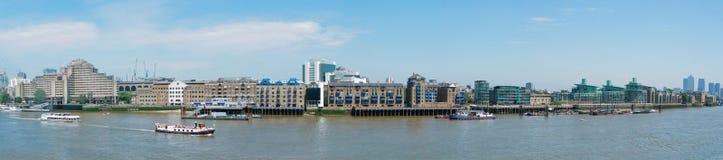 Panoramaansicht von Themse-Fluss in London Lizenzfreies Stockfoto