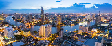 PanoramaBangkok stad med chaophrayafloden på skymningplatsen fotografering för bildbyråer