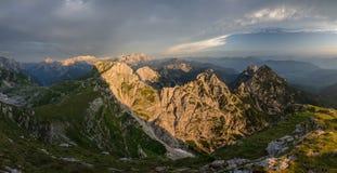 Panoramabeeld van Mangart-Pas en weg met verlichte bergen, Julian Alps, het nationale park van Triglav, Slovenië, Europa royalty-vrije stock fotografie