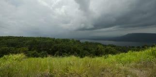 Panoramabeeld van onweer over het brede bos stock afbeeldingen