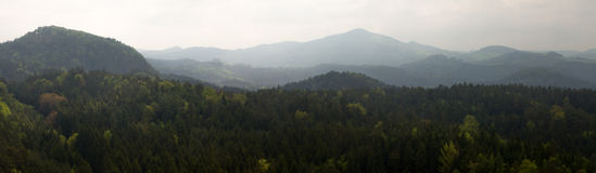 Panoramaberg i misten arkivbild