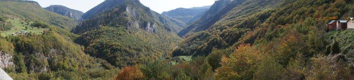 Panoramabergdal av floden Tara från den berömda för `-urÄ för bro Ä ‡en för eviÄ för ` en Tara bro i Montenegro Royaltyfri Fotografi