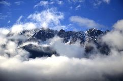 Panoramabergen in wolken stock afbeelding