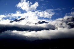 Panoramabergen in wolken royalty-vrije stock foto