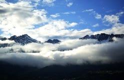 Panoramabergen in wolken royalty-vrije stock afbeeldingen