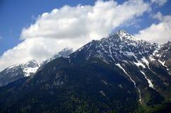 Panoramabergen in wolken royalty-vrije stock fotografie