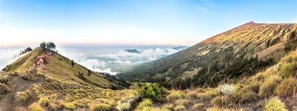 Panoramabergsikt ovanför molnet och den blåa himlen Rinjani berg, Lombok ö, Indonesien royaltyfri bild