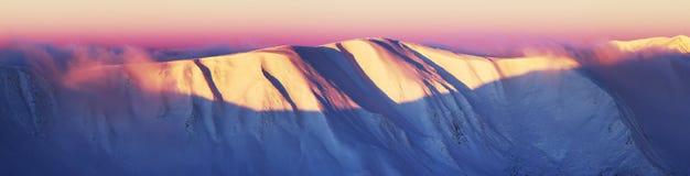 Panoramabergskedja på en vintermorgon Royaltyfri Fotografi