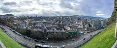 Panoramabild av Edinburgstaden från Edinburgslotten, Skottland, UK Arkivfoton