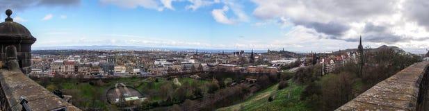 Panoramabild av Edinburgstaden från Edinburgslotten, Skottland, UK Arkivbild