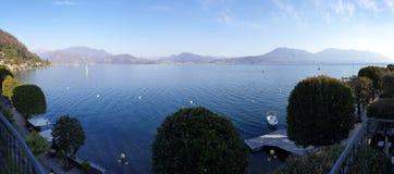 Panoramabild av sjömaggiore som tas från byn av canneroen riviera fotografering för bildbyråer