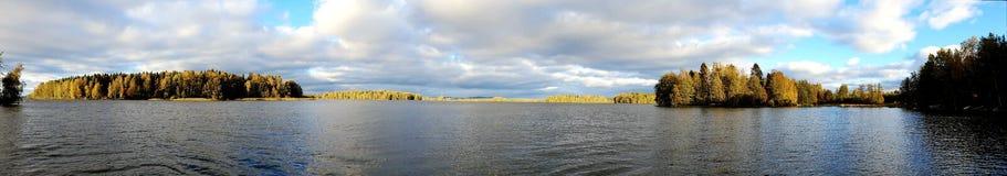 Panoramabild der finnischen Landschaft mit See und forrest stockfotografie