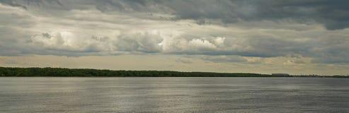 Panoramabild des großen Flusses und der Küste im backgrou lizenzfreie stockfotos